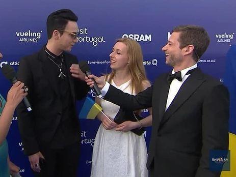 Melovin (слева) общался с журналистами разных стран