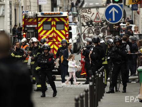 Встолице франции  неизвестный взял взаложники 3-х  человек
