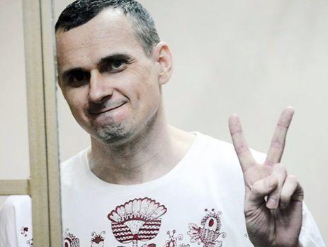 """Украинский кинорежиссер Олег Сенцов был задержан ФСБ России в мае 2014-го в Крыму, обвинен в """"терроризме"""" и приговорен к 20 годам сурового режима. В октябре 2017 года этапирован в исправительную колонию №8 """"Белый медведь"""" в городе Лабытнанги в Заполярье"""