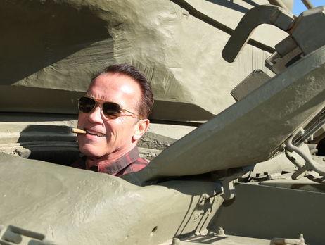 Шварценеггер власноруч керує танком