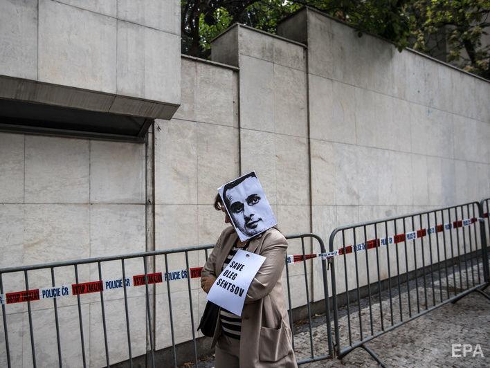 Французские режиссеры объявили голодовку у российского посольства в поддержку Сенцова