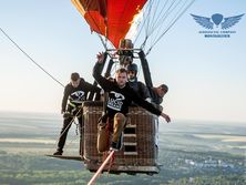 Пилотка в воздухе с парашютом