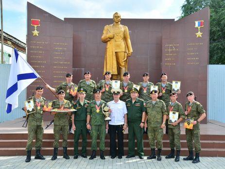 На памятнике в Дальневосточном высшем общевойсковом командном училище выгравирована фамилия Героя России Чепиги