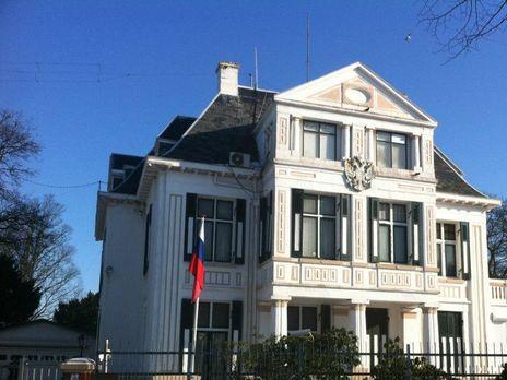 Сотрудник посольства РФ в Гааге созванивался с ГРУ и обсуждал детали операции по взлому сети ОЗХО, утверждает источник, знакомый с ситуацией