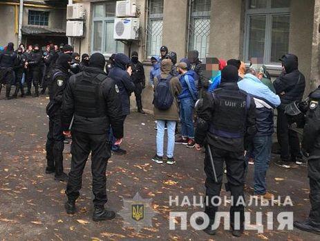 Правоохоронці помітили підозрілих осіб, які перебувають біля мікроавтобусів у дворах будинку на вулиці Шовковичній
