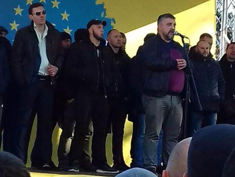 Ярошевич (біля мікрофона) на мітингу пообіцяв знищити свою машину, якщо депутати не прислухаються до вимог протестувальників