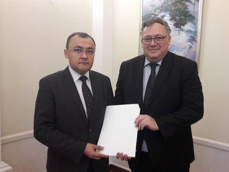 Иштван Ийдярто (справа) вручил верительные грамоты Василию Боднару