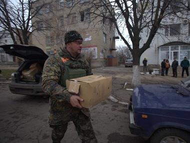 Ветеранам войны и инвалидам Марьинки военные раздали продукты