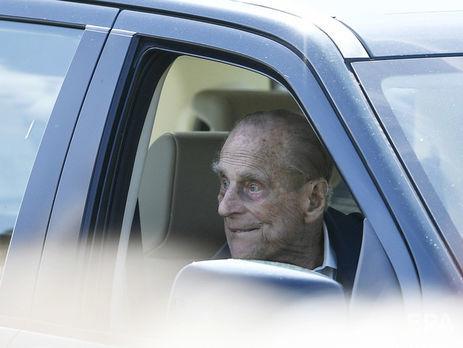 Муж Елизаветы II сдал водительские права после аварии