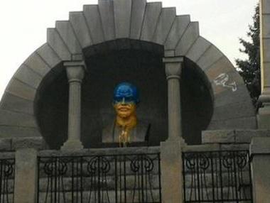 Бюст Ленина покрасили в сине-желтые цвета