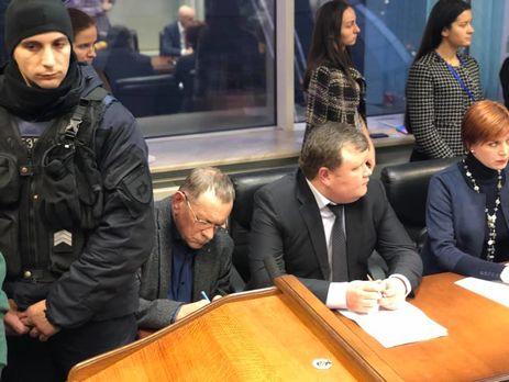 Виктор Гандзюк (второй слева) пришел на заседание суда, который должен был рассмотреть апелляцию на освобождения Мангера под залог