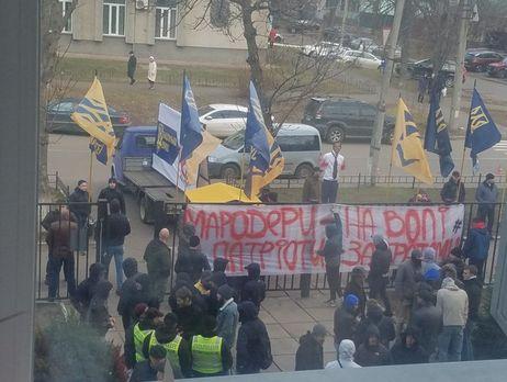 Неменее  10 силовиков пострадали при блокировке кортежа Порошенко