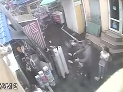 СМИ:Инцидент зафиксировала камера наблюдения, установленная на рынке