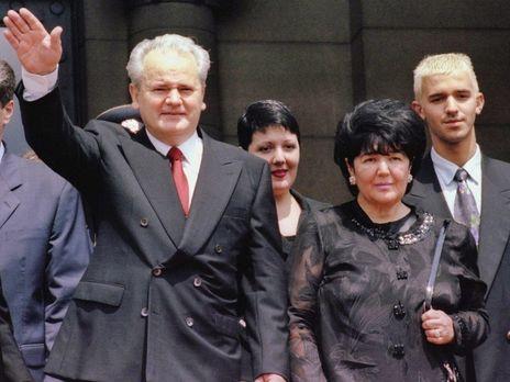 Маркович (праворуч) покинула Сербію, після того як Мілошевича передали Міжнародному трибуналу в Гаазі