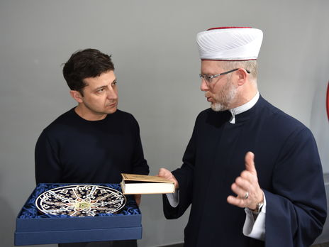 Фото пресс-службы Владимира Зеленского - Новоизбранному президенту подарили украинский перевод Корана