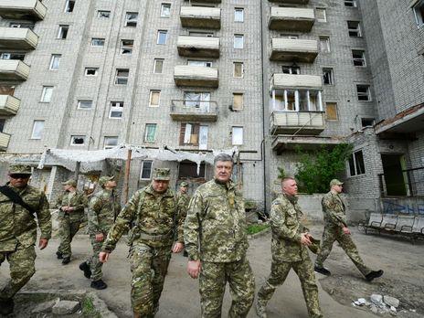 Порошенко повідомив про підвищення доплат військовим на передовій