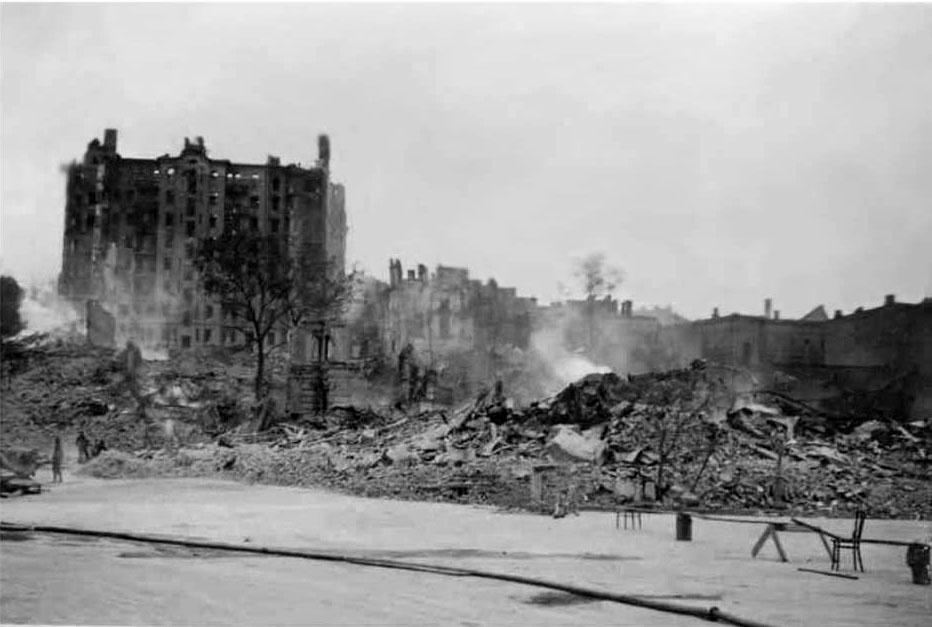 Разрушенный дом Гинзбурга. Ограждение из подручных средств Крещатика. Вид со стороны площади Калинина ( сейчас – Майдан Незалежности).