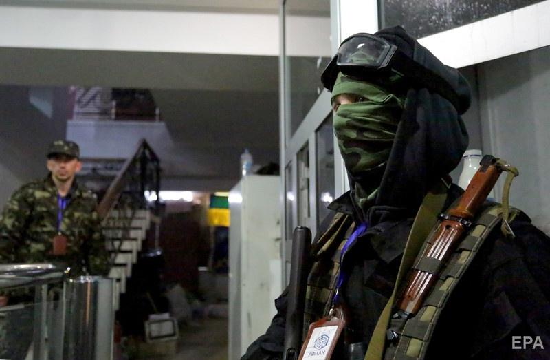 Вооруженные боевики в здании луганского управления СБУ. 11 апреля 2014 года. Фот: EPA