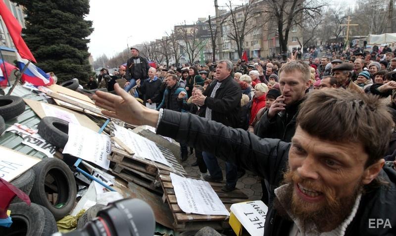 Митингующие под зданием СБУ в Луганске, 14 апреля 2014 года. Фото: ЕPA