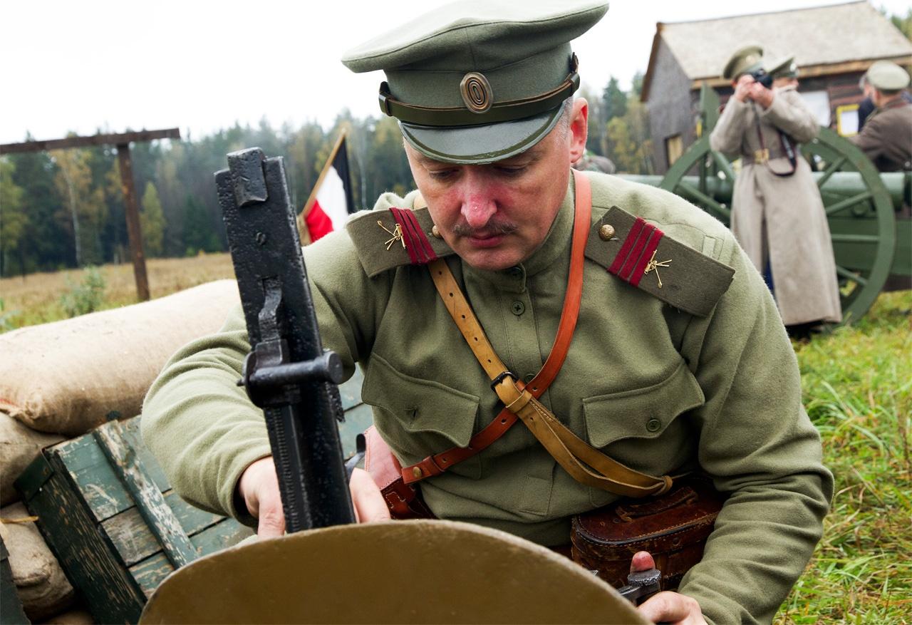 С 1989 года Игорь Гиркин участвуют в реконструкторских боях. Фото: ivinghistory.ru