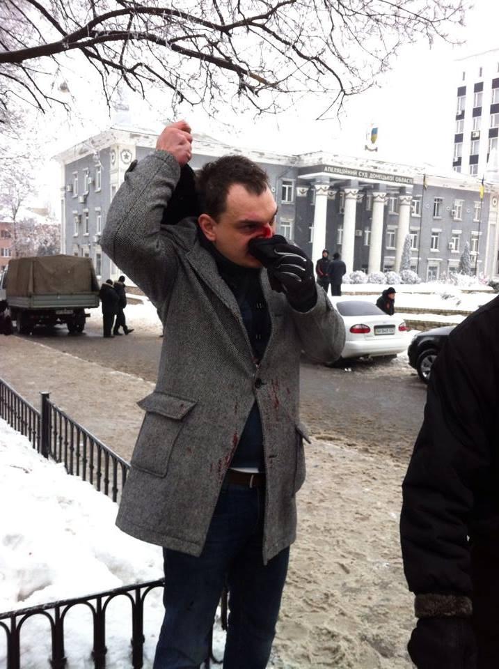 В феврале в Донецке Романа Лягина избили люди с георгиевскими ленточками. Фото: novosti.dn.ua