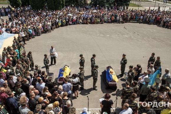 Церемония прощания со Станиславом Менюком и Сергеем Коврыгой прошла на центральной площади Гайсина. Фото: Ростислав Гордон / Gordonua.com