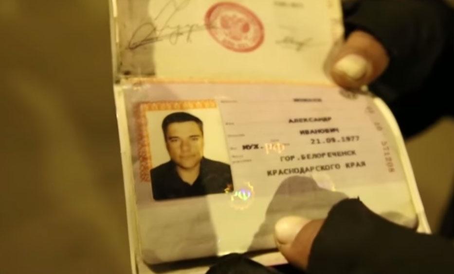 Александр Можаев показал журналистам свой российский паспорт. Скриншот: VICE News / YouTube