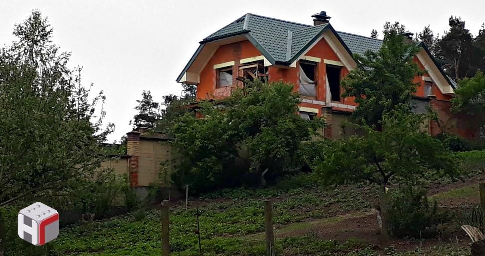 На территории строится еще один дом,.Фото: bihus.info