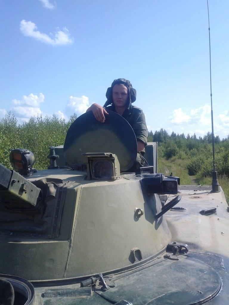 По официальной версии, в танк Сергея Селезнева во время учений попал снаряд.Фото: Сергей Селезнев / ВКонтакте