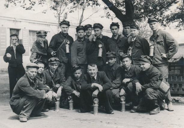 Витольд Фокин (стоит в центре с сигаретой) перед спуском в шахту, Макеевка, 1957 год. Фото из личного архива Витольда Фокина