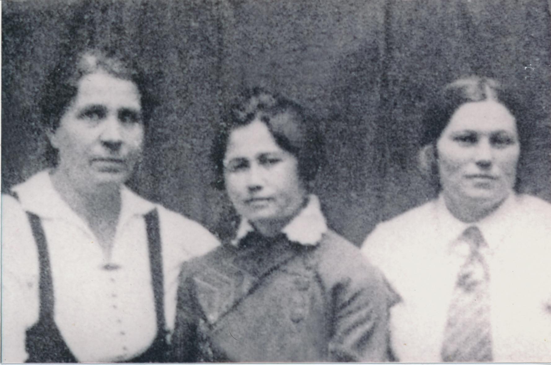 Витольд Фокин родился в семье учителей. Мать Евдокия Дмитриевна (в центре) с коллегами, середина 30-х. Отец погиб на фронте на Северном Кавказе в 1942-м, «маму из школы уволили, потому что во время оккупации у себя на дому преподавала. Ее выгнали, устроиться нигде не могла»