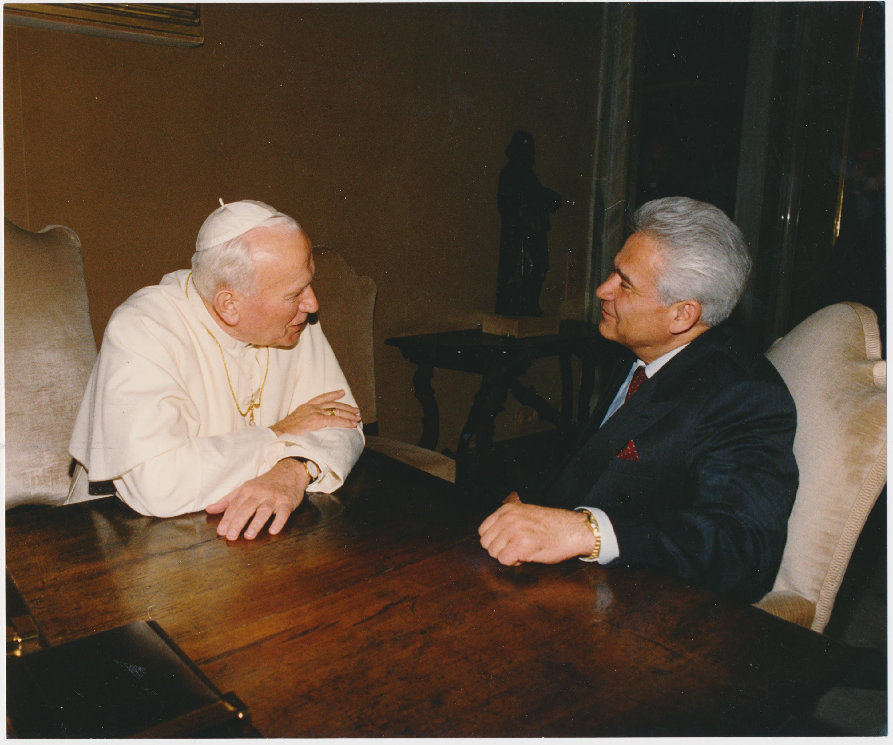 """С Папой Римским Иоанном Павлом II, 2002 год. «От него действительно какая-то чистота, святость исходила, я чувствовал себя в его присутствии так, словно на облаке сидел"""". Фото из личного архива Витольда Фокина"""