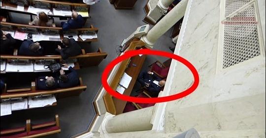 Во время переписки Кива сидел за колонной, на месте Вадима Рабиновича. Скриншот: TVgolosnaroda / YouTube