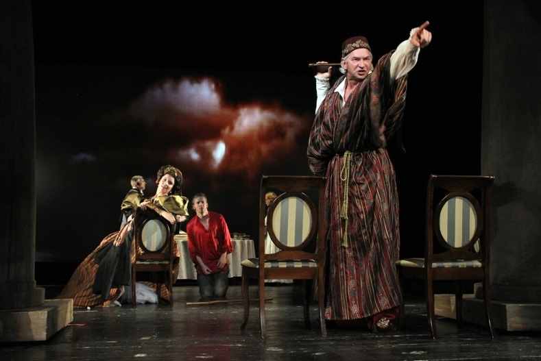 "Сцена со спектакля ""Нахлебник"". Фото: rusdram.com.ua"