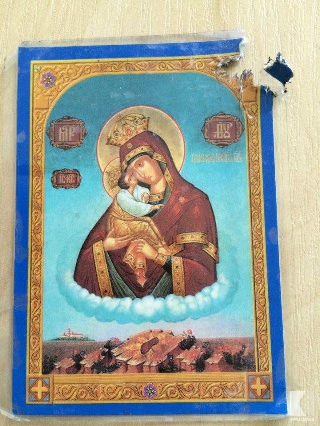 пуля, пробив в кармане икону Почаевской Божьей Матери, прошла в миллиметре от сердца Фото: Из личного архива Виктора К.