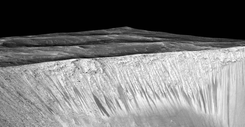 Потоки на склонах кратера Гарни. Фото:
