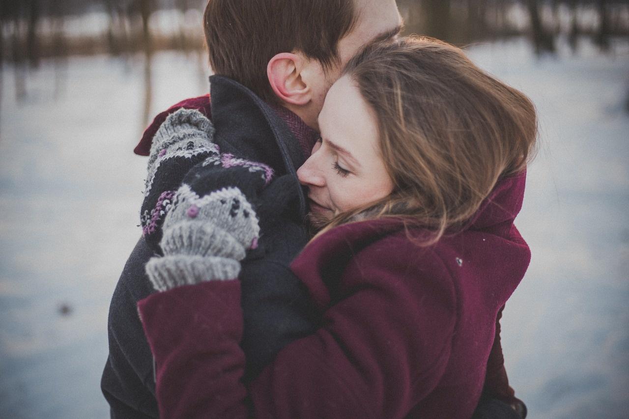 Картинки два человека обнимаются