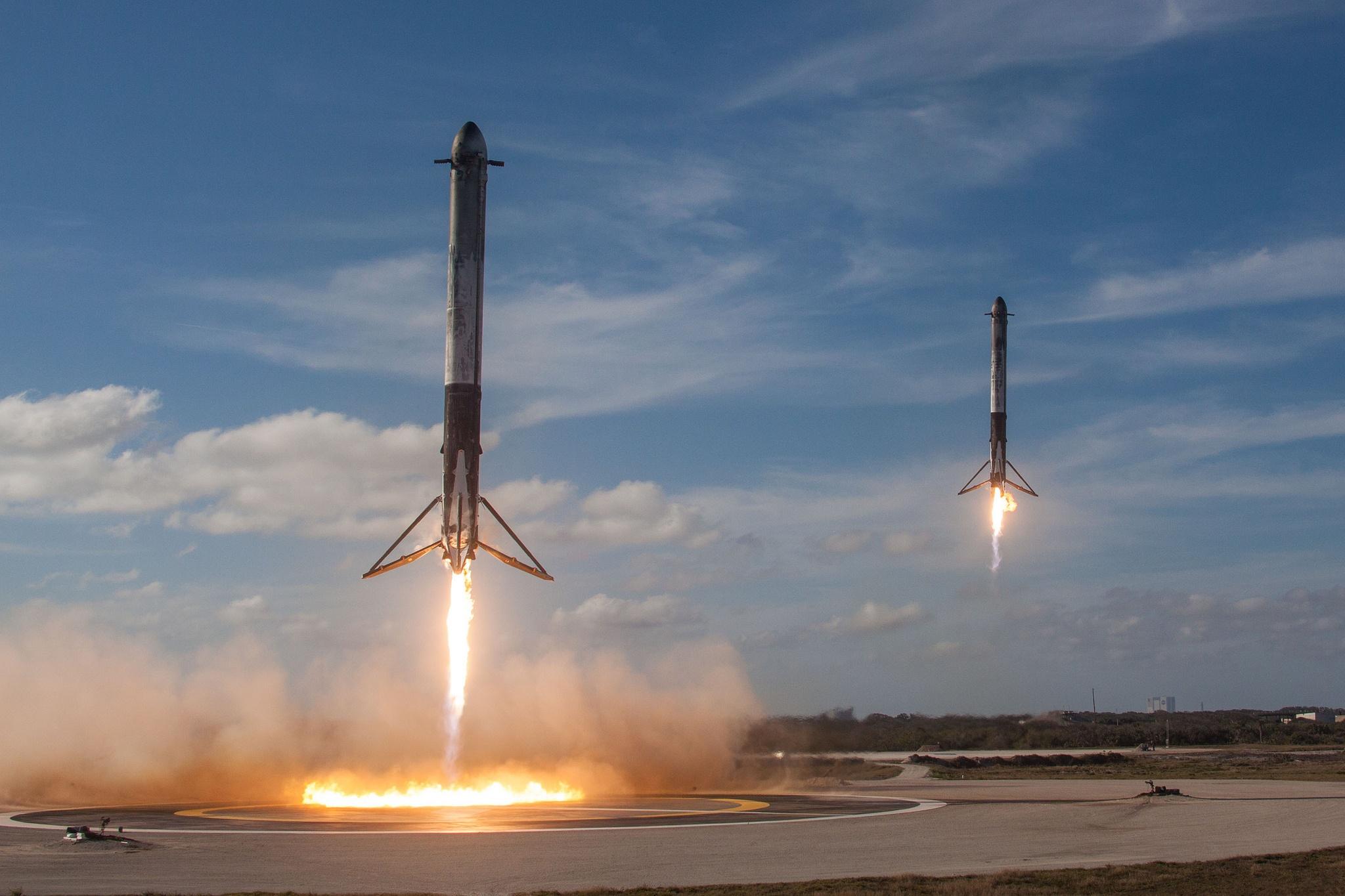 Два из трех ускорителей успешно вернулись на Землю и будут использоваться в следующих запусках. Фото: SpaceX / Flickr