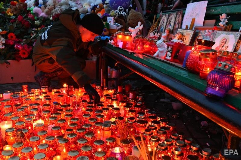 Целью одного из пранков Вольнова стал мемориал жертвам пожара. Фото: ЕРА