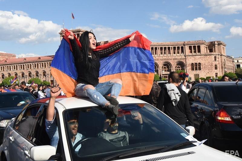 Демонстранты празднуют победу бархатной революции. Фото: ЕРА