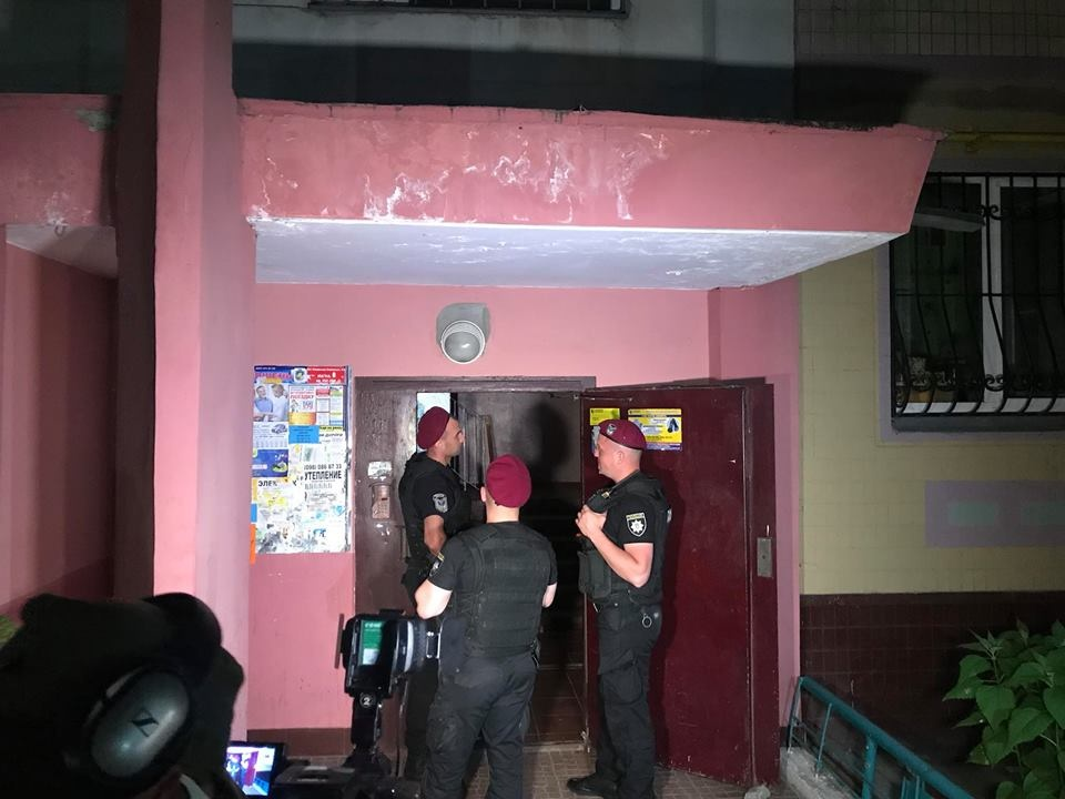 Полицейские оцепили подъезд Бабченко. Фото: Mykhailo Tkach / Facebook
