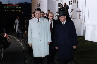 Рейган и Горбачев в Рейкьявике, 12 октября 1986 года. Палажченко – между ними. Фото: nsarchive.org