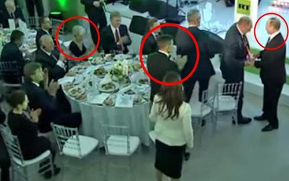 Флинн стоя аплодирует Путину. Фото:
