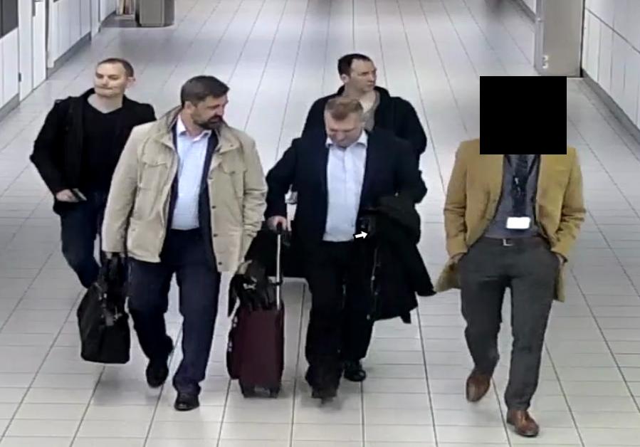 Россияне прилетели из Москвы в Амстердам 10 апреля 2018 года. Нидерландские власти утверждают, что в аэропорту их встречал представитель российского посольства (на фото справа). Фото: defensie.nl