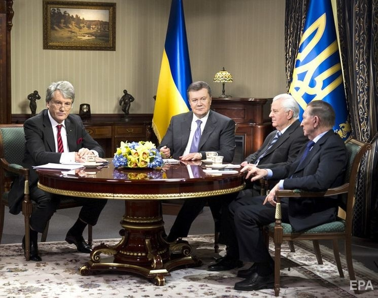 Виктор Янукович (второй слева) сбежал в Россию в 2014 году