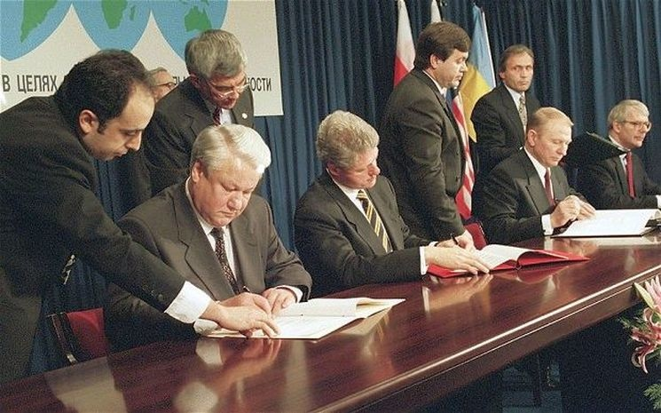 Подписание Будапештского меморандума 5 декабря 1994 года. На фото (слева направо) Борис Ельцин, Билл Клинтон, Леонид Кучма и Джон Мейджор. Фото: uk.wikipedia.org