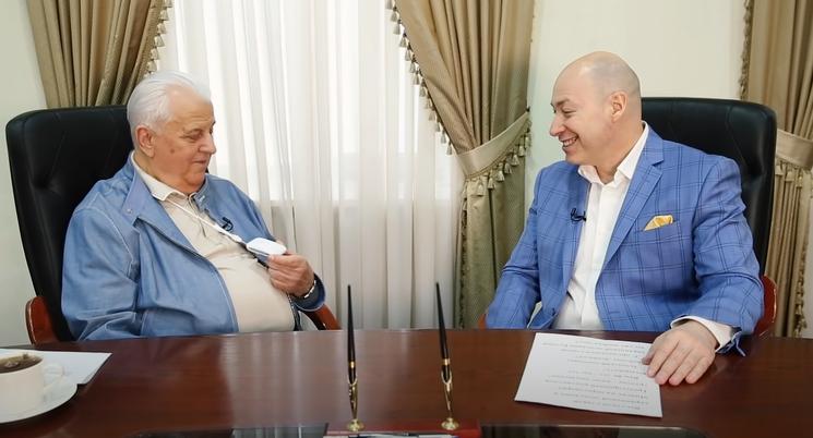 "Кравчук показал ""маску от коронавируса"". Скриншот: Дмитрий Гордон / YouTube"