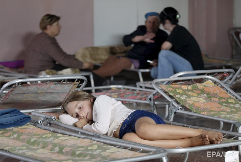 A girl lies on the temporary bed at a school in Lozova after the city had to be evacuated following a fire at the ammunition depot of the Southern Operations Headquarters of the Ukraine Armed Forces near Lozova city, Kharkiv area, Ukraine, 28 August 2008. Фото: EPA