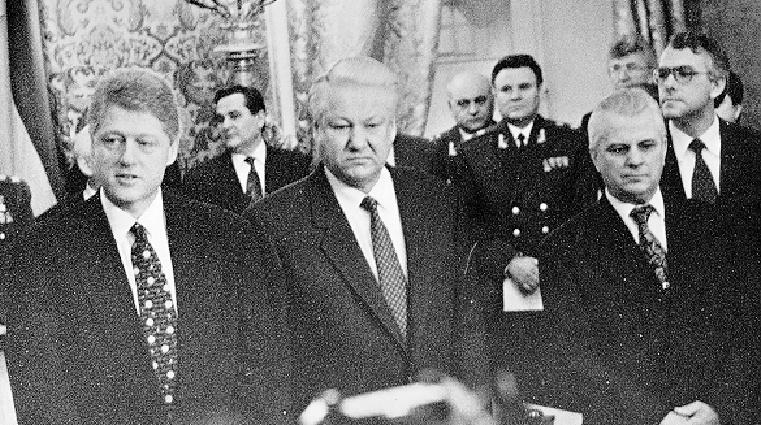 Президент США Билл Клинтон, президент России Борис Ельцин и Президент Украины Леонид Кравчук во время подписания Будапештского меморандума о гарантиях безопасности в связи с присоединением Украины к Договору о нераспространении ядерного оружия. Слева во втором ряду — Евгений Марчук, 1994 год