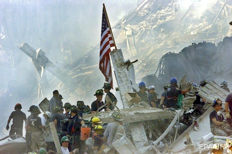 13 September 2001 shows a US flag posted in the rubble of the World Trade Center in New York, USA Фото: EPA